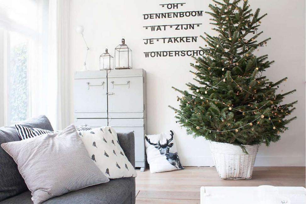 Gaya pesta Scandinavia dipaparkan dalam perapian yang benar atau diperbaiki, dengan kaus kaki merah yang tergantung di dinding. Sebuah perapian dan meja dihiasi dengan bunga karangan bunga rimbun atau juniper, berry, dan candlesticks.