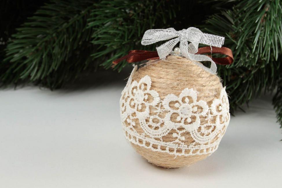 Bola Natal benang dengan renda
