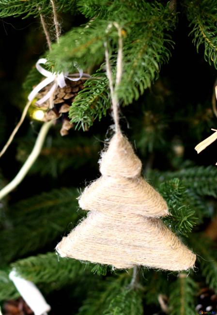 Pokok benang natal kelihatan asli dan menarik
