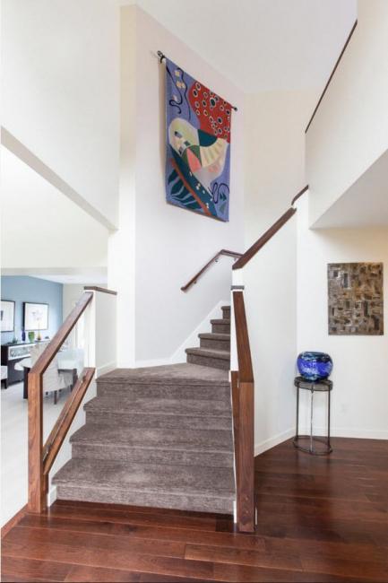 Les tapisseries ornées de motifs ornementaux brillants semblent particulièrement avantageuses dans les salles modernes.