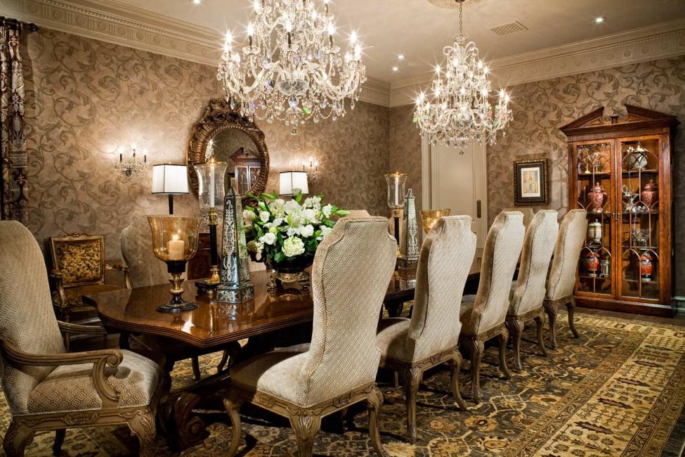 Chandelier yang ditangguhkan adalah pilihan klasik untuk banyak bilik.