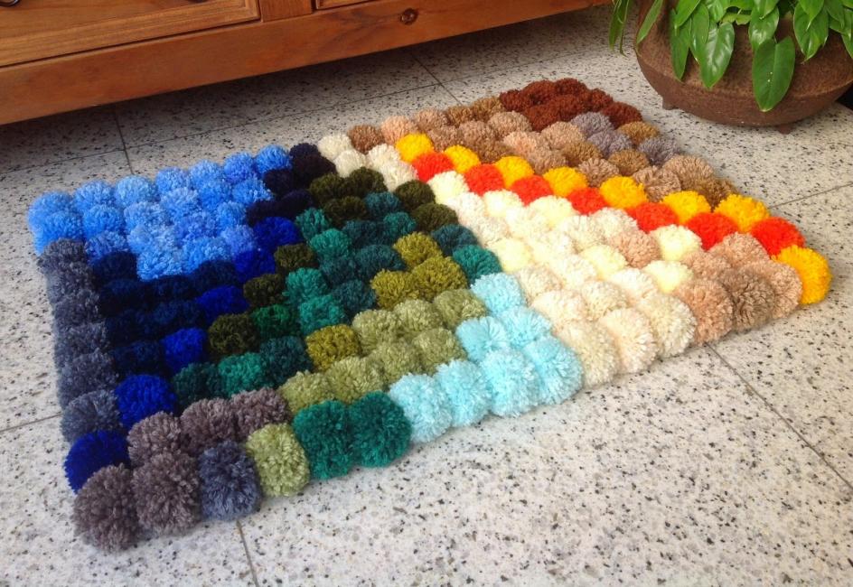 Tikar Pompon adalah baik kerana mereka boleh terdiri daripada pelbagai saiz, bentuk dan warna.