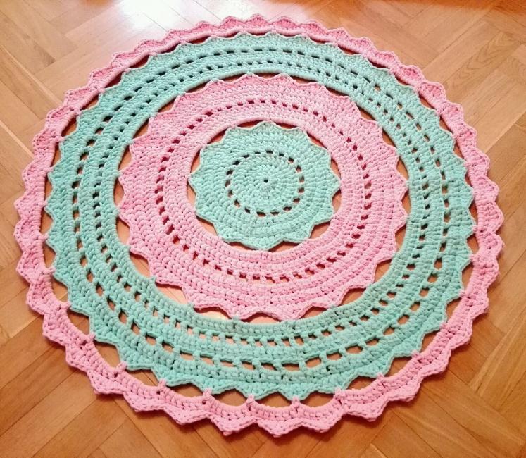 Adalah mungkin untuk membuat mainan atau hiasan bantal untuk memadankan gaya permaidani.