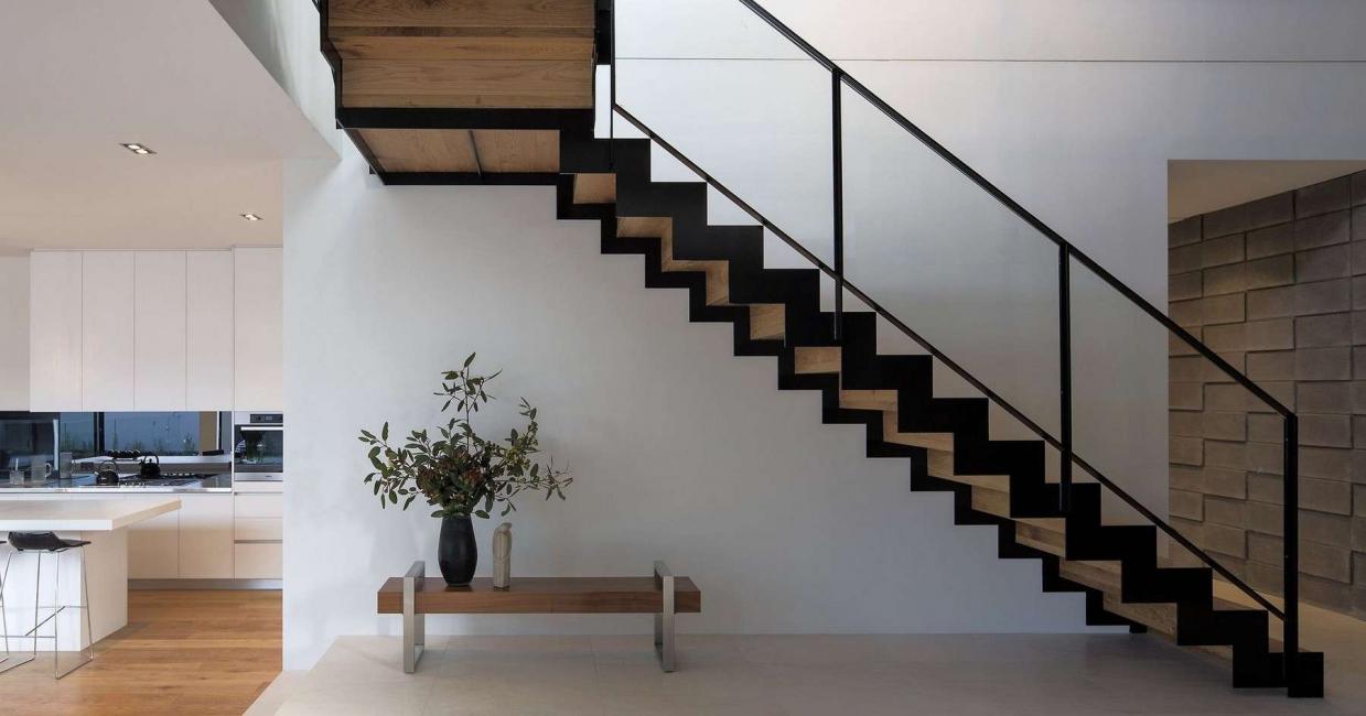 Опция стълби върху метална рамка