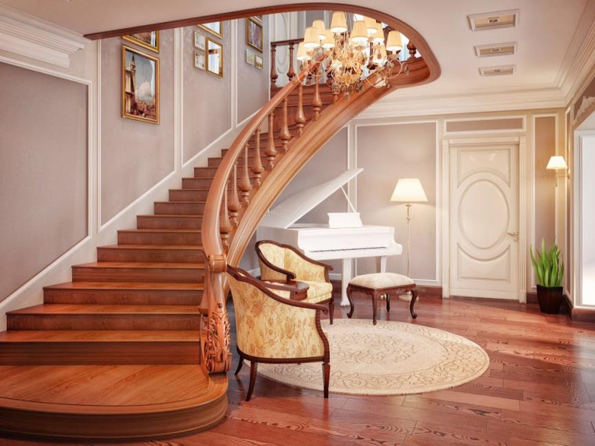 Красива дървена стълба към втория етаж с плавен завой