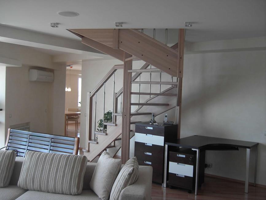 Наложително е да обмислите внимателно осветлението на стълбите.