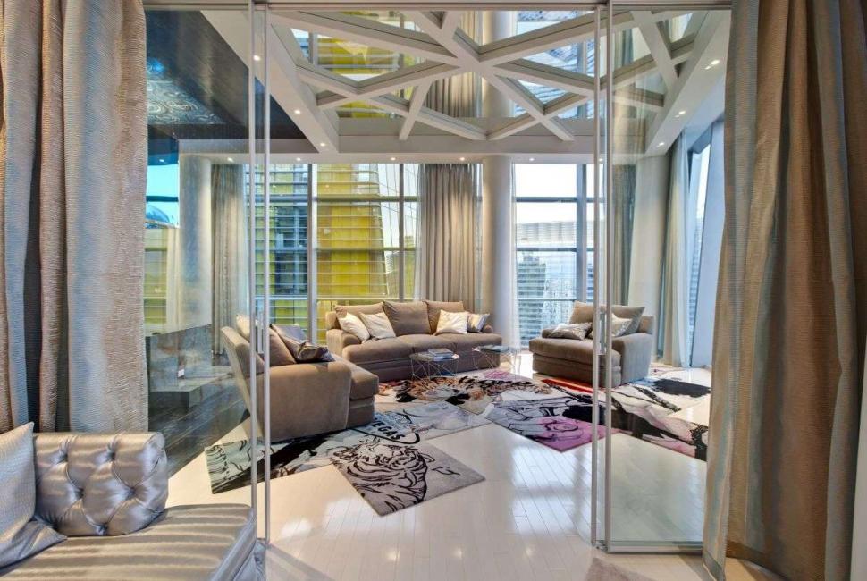 Καθρέπτες στην οροφή αυξάνουν οπτικά το χώρο του δωματίου