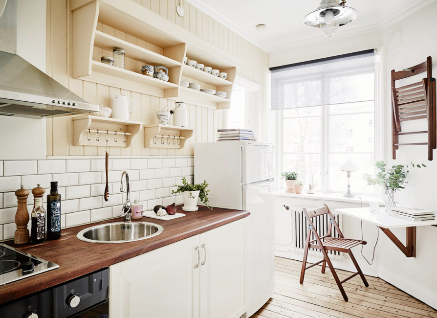 Small kitchens are advised to combine with the living room.