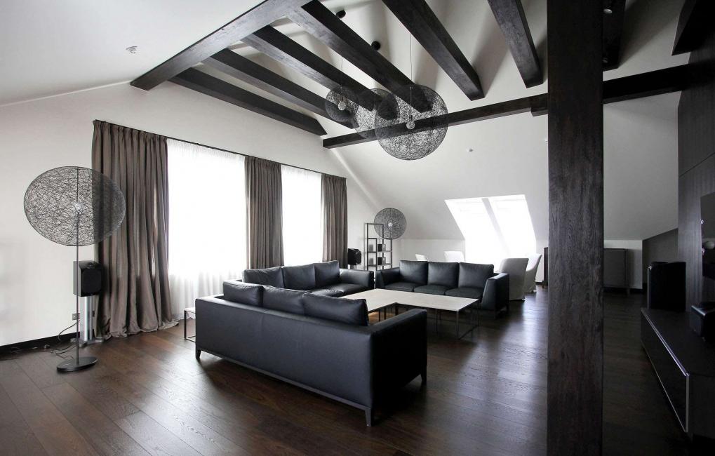 어두운 색조의 가구는 넓은 거실의 우아함과 세련됨을 강조 할 수 있습니다.