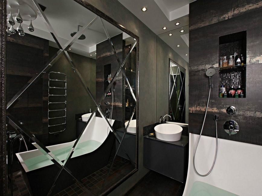 대형 거울이있는 어두운 욕실