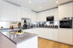 Augmenter l'espace à l'aide d'un miroir dans la cuisine: Où placer? Comment ramasser? Comment faire? Choisir les meilleures options (au mur, au-dessus de l'étagère, au-dessus de la table, sur le tablier)