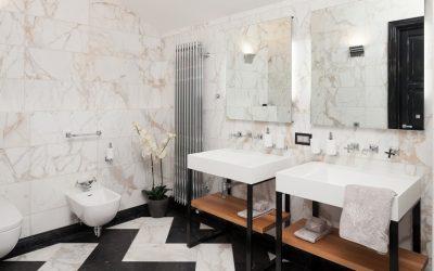 Dekorasi bilik mandi dengan batu buatan: basuh, meja, rak. Ciri-ciri penggunaan bahan