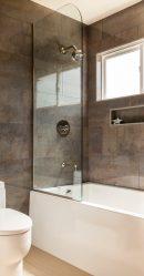 Ahşap bir evde banyo tasarımı (200+ Fotoğraf): DIY dekorasyon (tavan, zemin, duvarlar)
