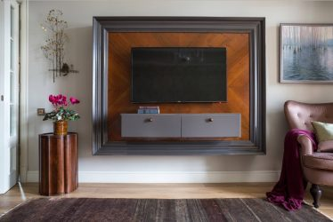 Duvarda TV rafı (295+ Fotoğraf): Dizayn nüansları (menteşeli, köşe, cam)