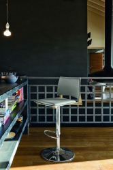 Trend baru di kawasan pedalaman: mengapa bangku bar begitu popular? (kayu, logam, dengan belakang). Penyelesaian yang sempurna untuk penginapan yang menyenangkan (145+ Foto)