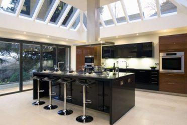 Hiasan dalaman dapur moden yang besar: Idea reka bentuk 200+ (Foto) (langsir, kertas dinding, kaunter bar)
