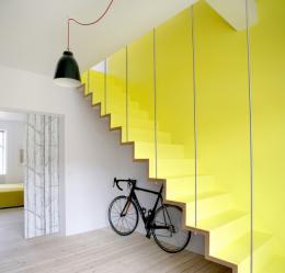 Tangga kayu ke tingkat dua di sebuah rumah persendirian (75+ Foto): mata penting yang perlu anda perhatikan apabila memilih