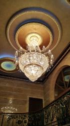 Kami mencipta lampu yang indah (150+ Foto): Candelier kristal di pedalaman ruang tamu dan bilik tidur (siling, loket, klasik)