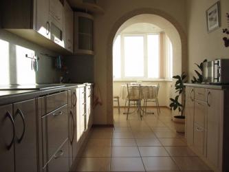 Loggia와 결합 된 주방 : 장소를 현명하게 사용하는 실제 방법. 지루하지 않은 인테리어 디자인 (120 개 이상의 사진)
