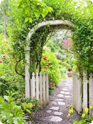 저비용으로 손으로 정원 경로를 만드는 것이 얼마나 아름다운가요? 다른 재료의 교외 옵션 사진 (타일, 플라스틱, 고무)