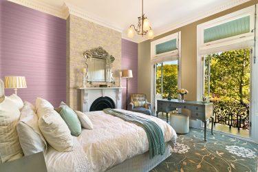 İki renkli duvar kağıdına sahip yatak odası 210+ Fotoğraf: Kimseyi kayıtsız bırakmayacak tasarım fikirleri