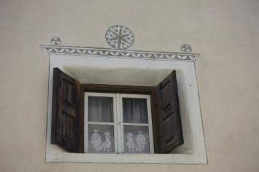 Contoh-contoh kejayaan transformasi fasad rumah dengan bantuan jendela untuk tingkap (kayu, logam, plastik). Jadikannya mudah dan cantik (+ Ulasan)