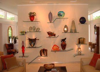 Duvardaki odada bulunan cam raflar: 150+ Oturma odasında, mutfakta, banyoda kullanılan fotoğraflar. Hangi seçenek seçilmeli?