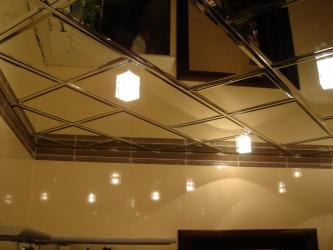 Siling cermin: Ciri-ciri penyelesaian dalaman (di bilik mandi, ruang tamu, lorong). Kemasan cemerlang untuk rupa dramatik.