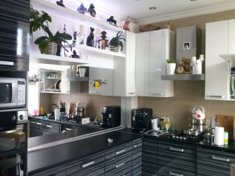 Increasing the space with the help of a mirror in the kitchen: Where to place? How to pick up? How to make? Choosing the best options (on the wall, above the shelf, above the table, on the apron)