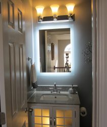 Cermin di bilik mandi dengan lampu (200+ Foto): Praktikal dan keaslian idea itu.Pilih aksesori tambahan (soket / jam / dipanaskan)